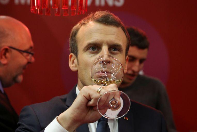 De Franse president Emmanuel Macron met een glaasje wijn.