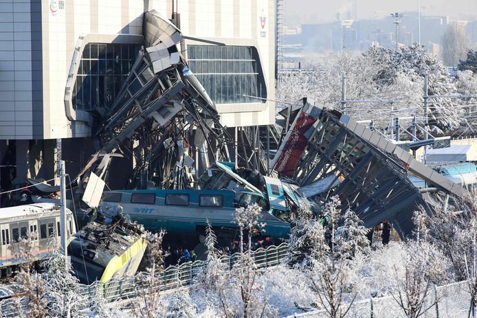 Reddingswerker hebben de beknelde treinreizigers uit hun benarde positie bevrijd.