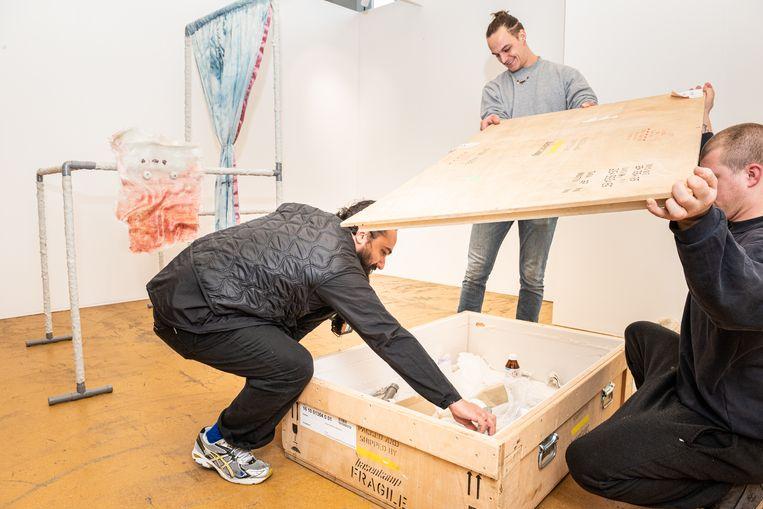 De No Man's Art Gallery stand , met links kunstenaar Arash Fakhim.  Beeld Simon Lenskens