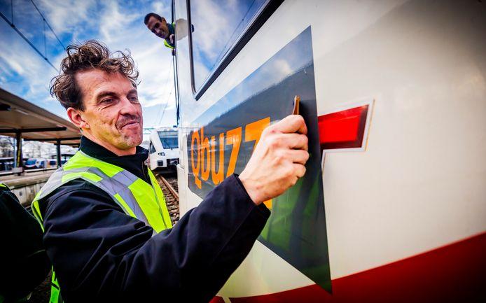 Gisteren ging Qbuzz direct aan de slag met het stickeren van de wagens. Het vervoersbedrijf belooft meer bussen in Dordrecht en tussen Dordrecht en de omliggende plaatsen te laten rijden.