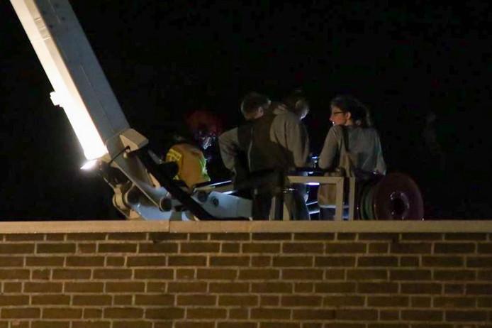 Vijf bewoners werden via een hoogwerker gered.
