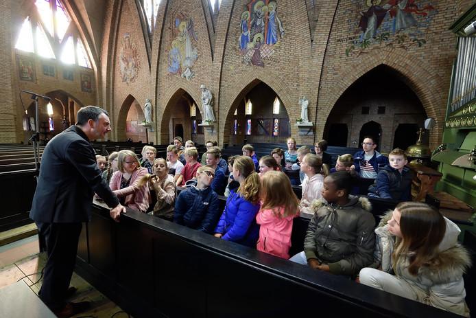 In Hoeven oefenden donderdag de kinderen die gevormd worden. Links Paul Verbeek.
