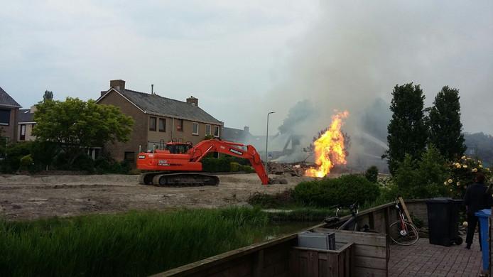 De brandende gasleiding. Rond 20.30 werd deze gedicht. Foto Gerald Meijer