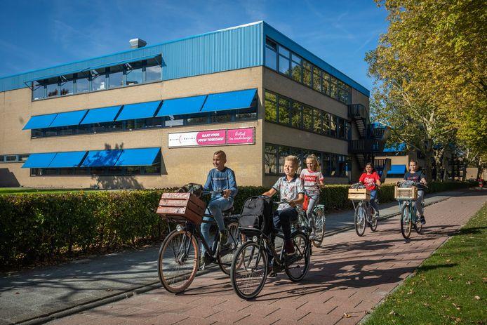 Brugklassers van het Willem de Zwijger College, dat vestigingen heeft in Papendrecht en Hardinxveld.