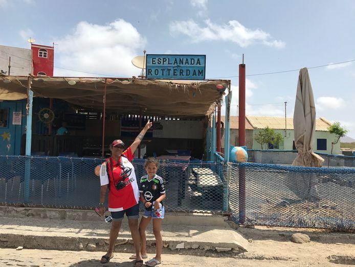 En zo ook een foto uit het zonovergoten Cabo Verde waar natuurlijk Feyenoord ook niet kan ontbreken, vindt Peet Kruijmel.