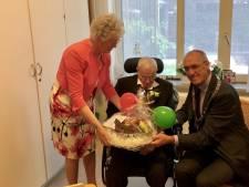 Kippendokter Freek Mulder uit Oldebroek viert 100ste verjaardag