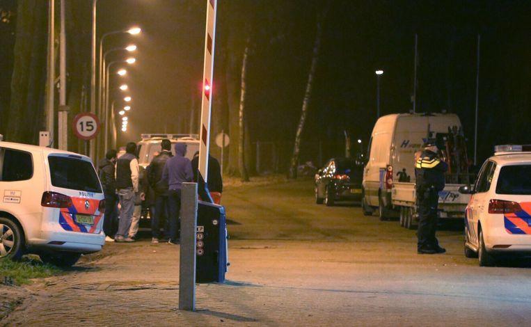 Politieagenten buiten het asielzoekerscentrum in Overloon. Beeld anp