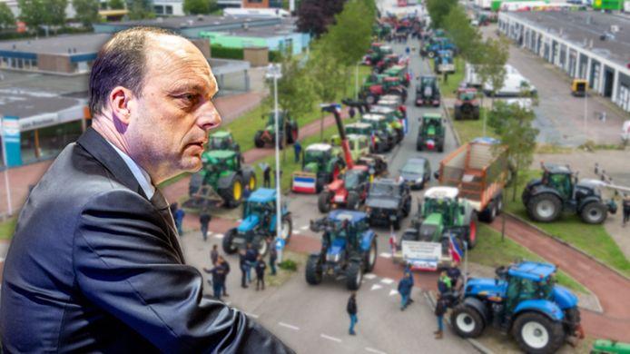 Boeren met trekkers hebben de toegangswegen richting het distributiecentrum van Albert Heijn in Zwolle geblokkeerd. Voor burgemeester Peter Snijders is de maat vol.