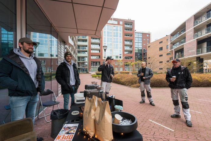 Koffie Kraft schenkt koffie voor de thuiswerkers en de schilders bij de Hartjes-flats in Eindhoven