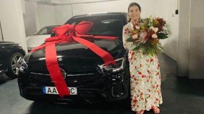 Ronaldo gul op moederdag: zijn herstelde mama krijgt Mercedes van 100.000 euro (en lanceerde hij ook gerucht Dybala?)