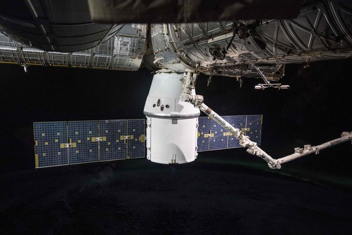 SpaceX Dragon met robotarm Canadarm2
