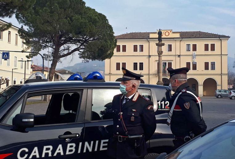 De Italiaanse Carabinieri met mondmaskers tijdens een patrouille door de verlaten straten van Vo' Euganeo, één van de noord-Italiaanse stadjes in lockdown door een uitbraak van het nieuwe coronavirus.