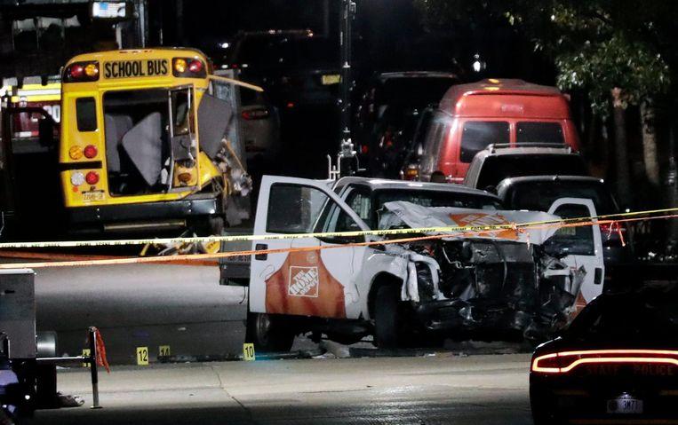 Amerikaanse autoriteiten onderzoeken de pick-up en de plek waar de aanslag plaatsvond. Beeld anp