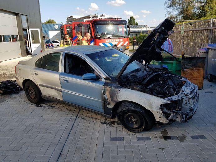Een automonteur is gewond geraakt bij een brand in een autogarage aan de Ventersteeg in Ruurlo.