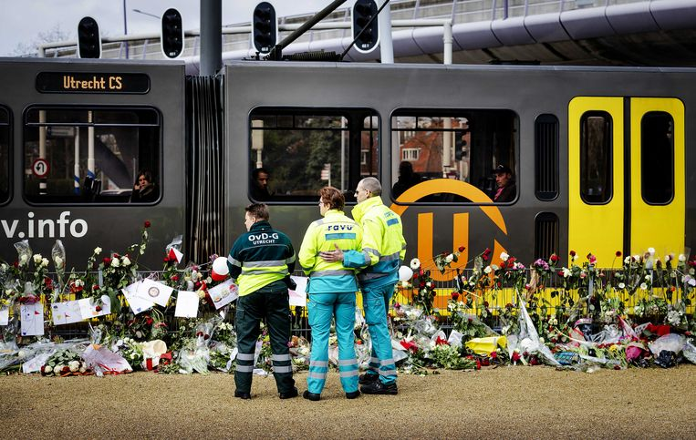 Ambulancemedewerkers herdenken op het 24 Oktoberplein de aanslag. Beeld ANP