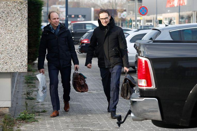Advocaten Sander Janssen (L) en Robert Malewicz arriveren bij de extra beveiligde rechtbank. Beeld anp