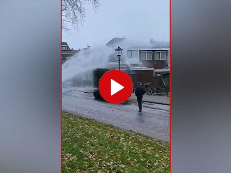 Leidingbreuk. Honderden liters water gutsen over huizen in Kampen