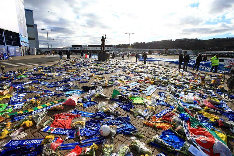 Fans hebben sjaaltjes en bloemen neergelegd bij het stadion van Cardiff City, om Emiliano Sala te herdenken, die vorige week vermoedelijk is neergestort boven Het Kanaal. Beeld BSR Agency
