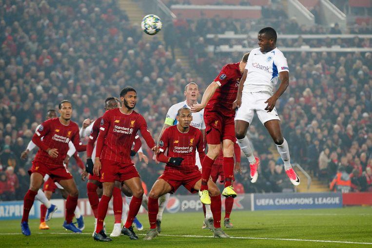 Samatta scoort in de Champions League op Anfield in de 2-1 nederlaag tegen Liverpool.