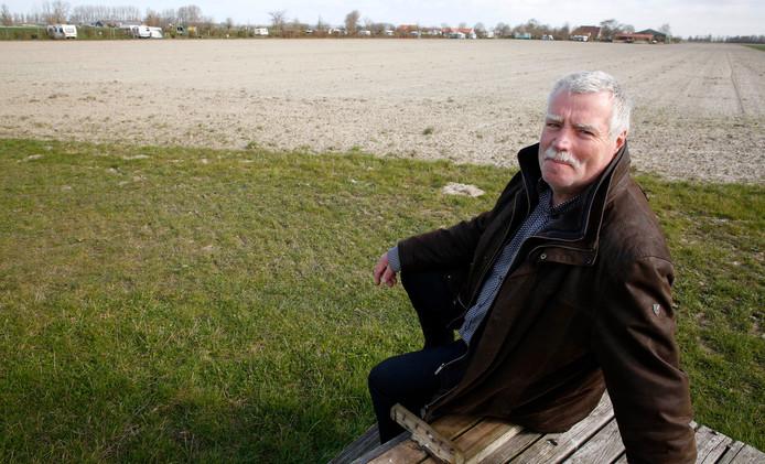 Paul Hermans van landschapscamping Polderzicht, bij Sluis, komt in actie tegen de komst van drie Belgische windturbines van 180 meter hoog.