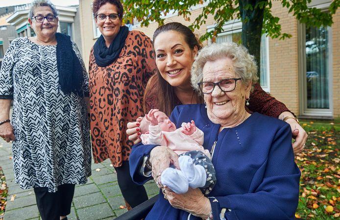 Vijf generaties van hetzelfde geslacht. Joke Kuijpers (93) met haar achter- achterkleinkind Noé op schoot.
