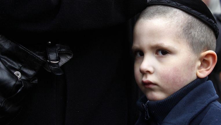 Ouders met kinderen op een Joodse school betalen vaak vijhonderd tot duizend euro aan ouderbijdrage, en dat dat geld voor het grootste deel opgaat aan het inhuren van beveiliging. Beeld anp