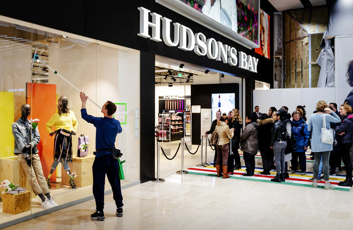 Mensen staan in de rij tijdens de opening van het warenhuis Hudson's Bay in Hoog Catharijne (Utrecht).