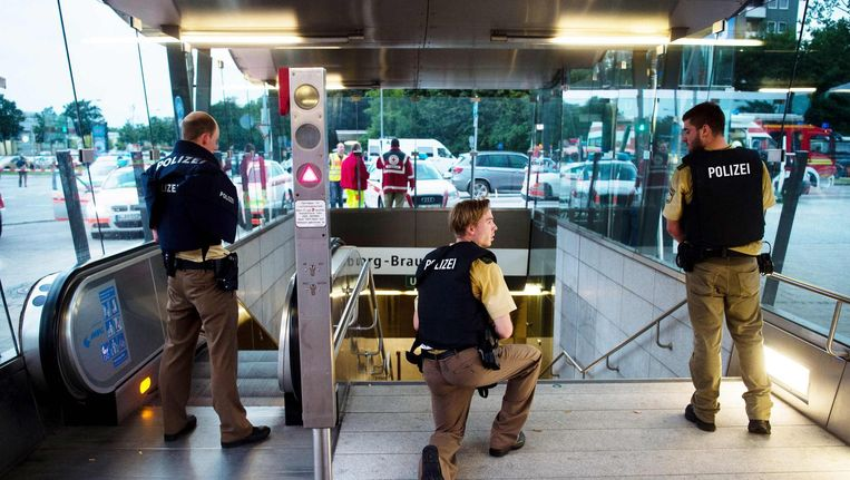 Politie beveiligt een metrostation in de buurt van het winkelcentrum. Beeld anp