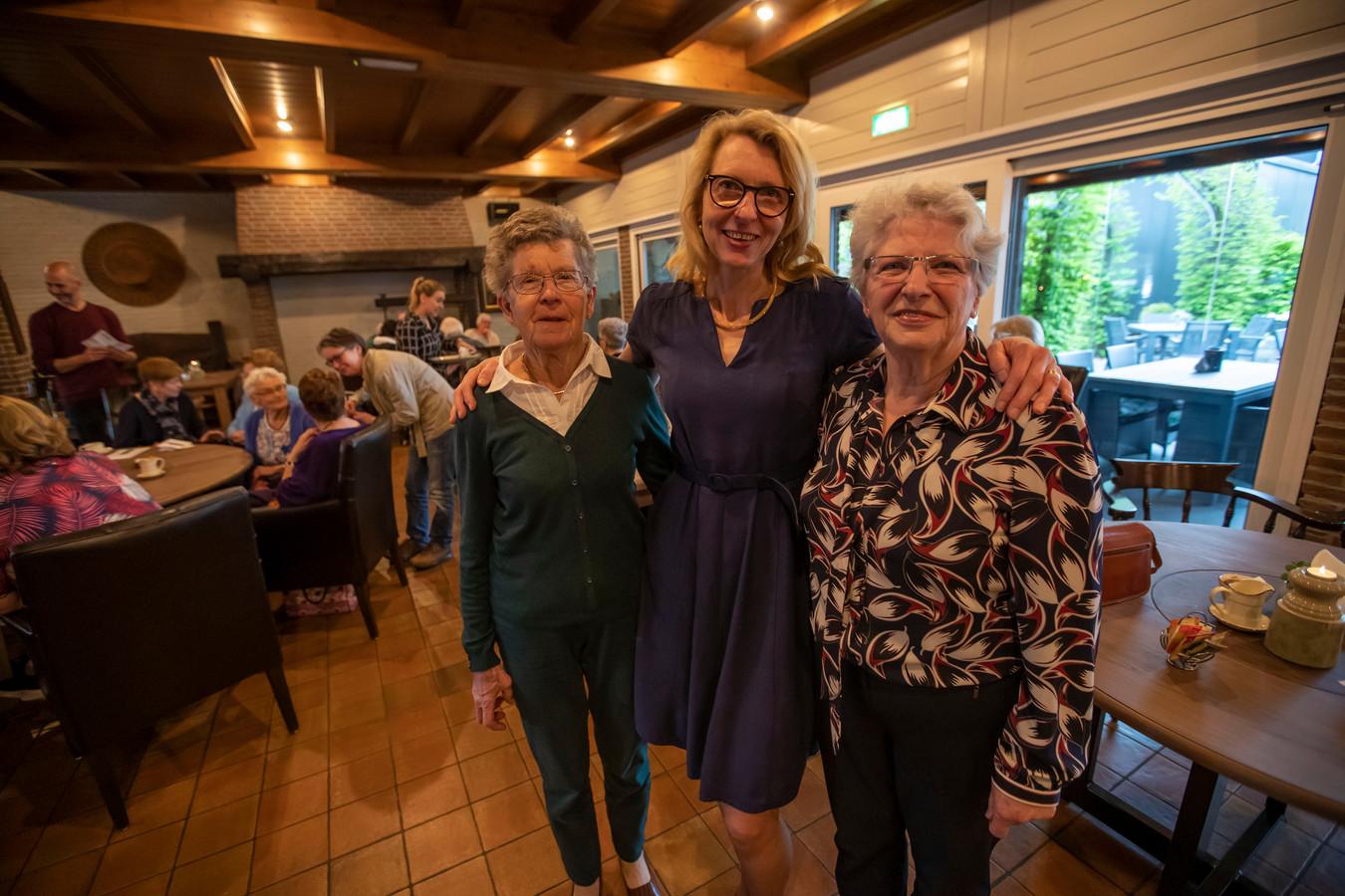 Ellen Stevens van SWOVE (midden) met Nelly Pals (r) en Ria Karman.