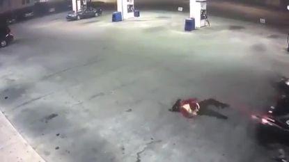 Spectaculaire ontsnapping: gekidnapte vrouw springt uit koffer rijdende wagen