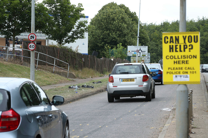 Een bord langs de kant van de weg vraagt getuigen van het ongeval zich te melden bij de politie.