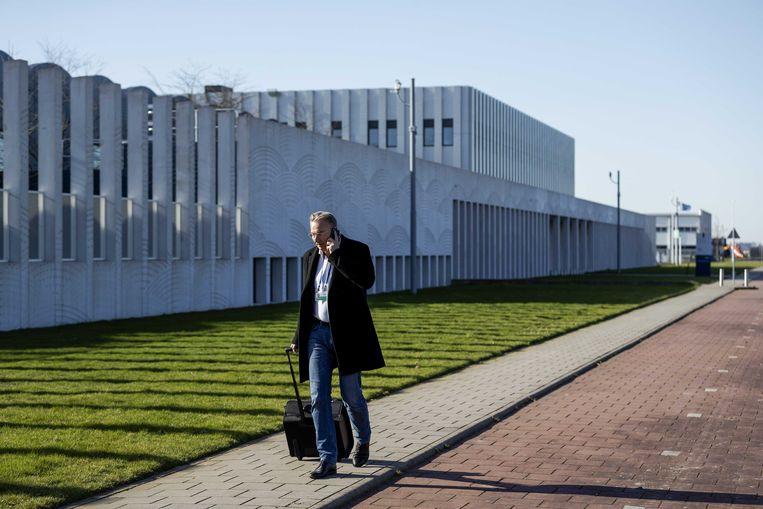 Advocaat Maarten Pijnenburg, lid van het MH17-rechtsbijstandteam, komt aan bij het Justitieel Complex Schiphol voor het proces over het neerhalen van vlucht MH17. In verband met het coronavirus waren nabestaanden, pers en belangstellenden niet welkom bij de zitting van vanmorgen.  Beeld ANP