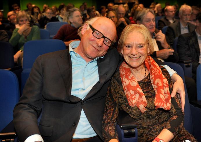 Oek de Jong, in 2013  gefotografeerd met zijn echtgenote Jeanne nadat net bekend was gemaakt dat hij de Zeeuwse Boekenprijs had gewonnen met zijn  roman 'Pier en Oceaan'.