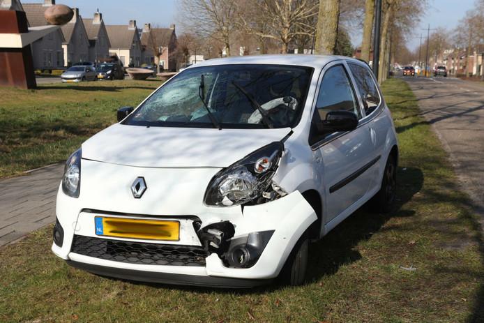 Het zwaar beschadigde voertuig is getakeld.