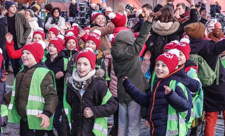 De leerlingen van Het Bollebos komen een cheque overhandigen in Kortrijk.