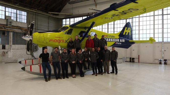 De initiatiefnemers poseren bij het elektrische passagiersvliegtuig