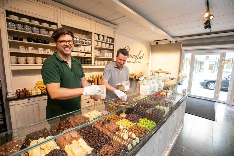 Mil (links) en Christoph (rechts) openen 'Chocolat' in de Lommelse Kerkstraat.