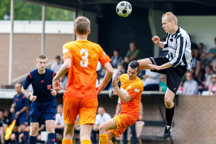 Camiel Fidom (r), strijdend namens MSC. De lange aanvaller heeft gekozen voor de overstap naar FC Meppel in de aanstaande zomer.