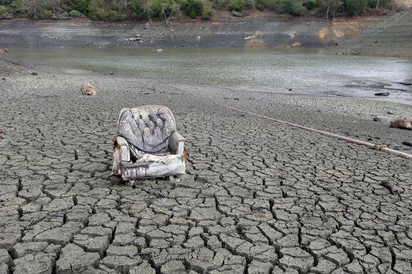 Een sofa staat op de compleet uitgedroogde bodem van het Almadenreservoir in San Jose, Californië.