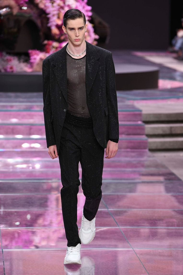 Een model op de catwalk bij Versace.