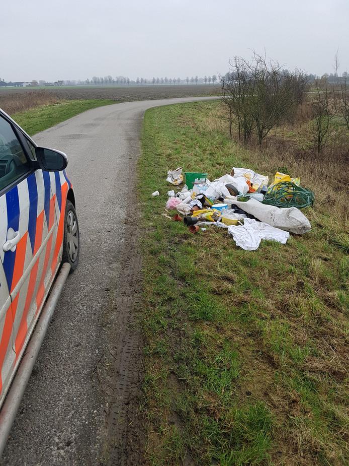 Wijkagent Henk Wiegman trof een berg afval op de Oudemansdijk in IJzendijke.