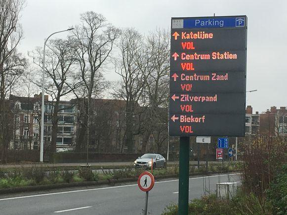 Al van voor de middag zitten alle grote parkings van Brugge vol...en dan moeten de meeste bezoekers nog komen.