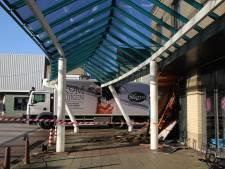 Vrachtwagen rijdt tegen Albert Heijn in Axel