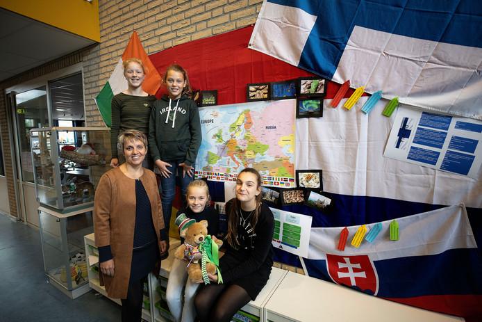 Op de foto van links naar rechts, 1e rij juf Mariska van Leuken, Robin Hogen Esch en Renske Trines; achterste rij Mirthe de Jongh en Lisa van Bussel.