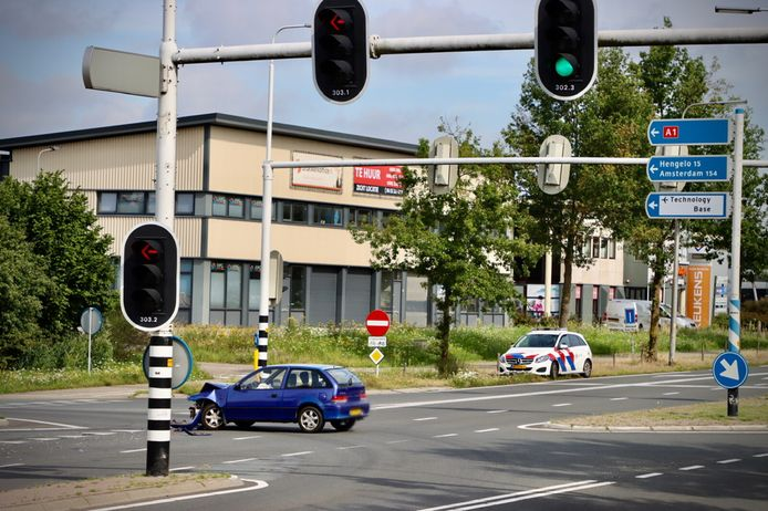 Zondagmorgen heeft op de Enschedesestraat (N733) ter hoogte van de oprit naar de A1 in Oldenzaal een aanrijding plaatsgevonden.