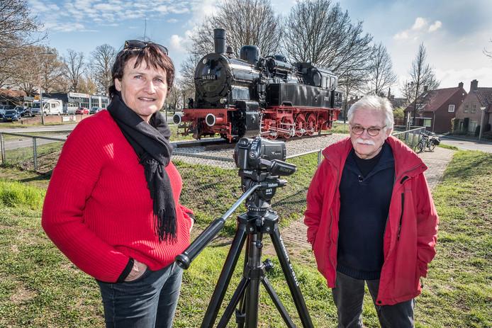 Carina Gotink en John Silvertand van filmwerkgroep Cultuurhistorie Maas en Niers bij het monument LOC'94.