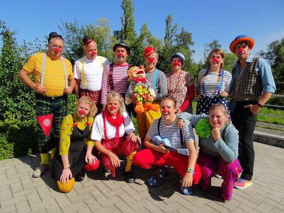 Clown Arjoentje (gehurkt met gitaar) in Lint samen met de collega's van vzw Kloen.