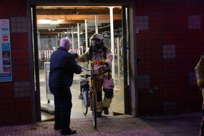 De brandweer ontruimde de fietsenstalling op station Steenwijk.