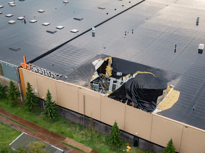 Een deel van het dak van de Gamma stortte vanavond in door de zware regenval.
