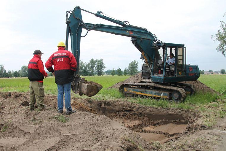 Een weiland aan de Broekstraat wordt nauwgezet afgegraven.